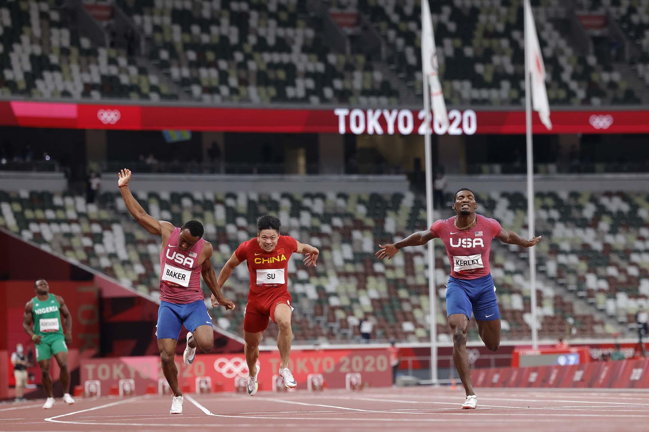 2021年8月1日日本東京,美國的弗雷德·克利(右)在男子 100 米決賽中超越中國選手蘇炳添獲得亞軍。