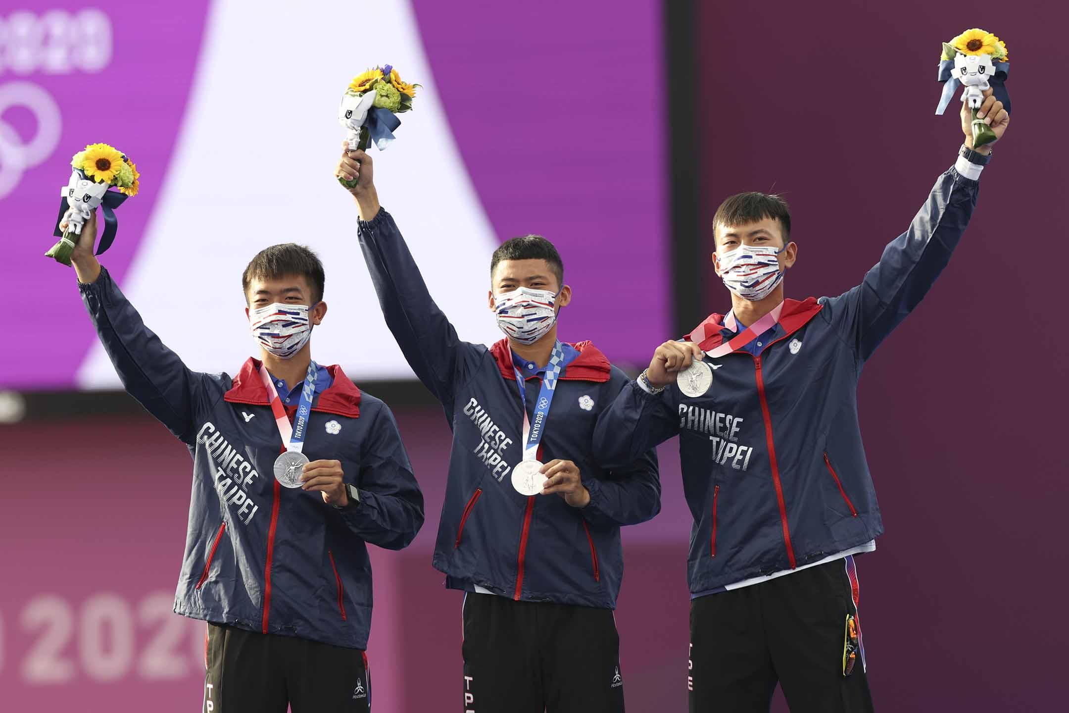 2021年7月26日日本東京,台灣隊的魏均珩、鄧宇成、湯智鈞在男子團體比賽中獲得銀牌。