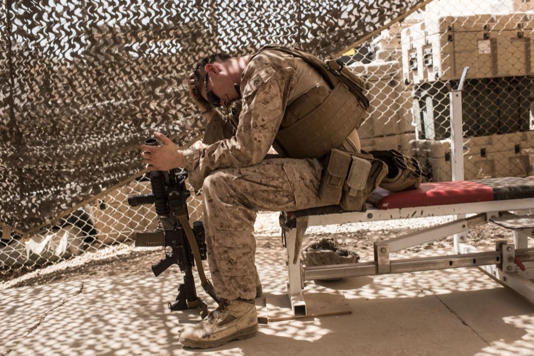 2017年9月11日,阿富汗赫爾曼德省一個美軍營地,來自新澤西州20歲的美國海軍陸戰隊下士Michael McLeod在營裏的健身房坐下休息。當時有約300名海軍陸戰隊士兵駐守赫爾曼德省,主要負責訓練及支援阿富汗安全部隊的工作。