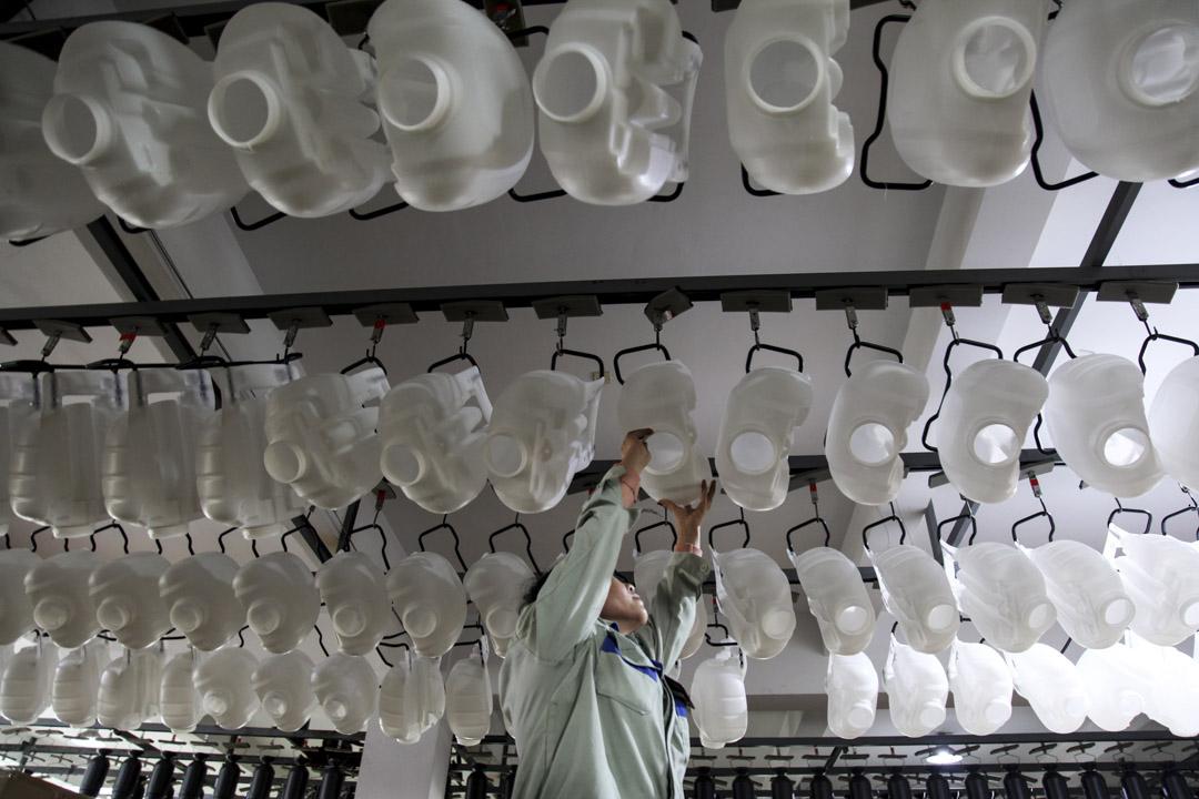 2021年2月26日,浙江省台州市,一名工人在台州陽光農業機械有限公司的一家工廠檢查手動噴霧器。