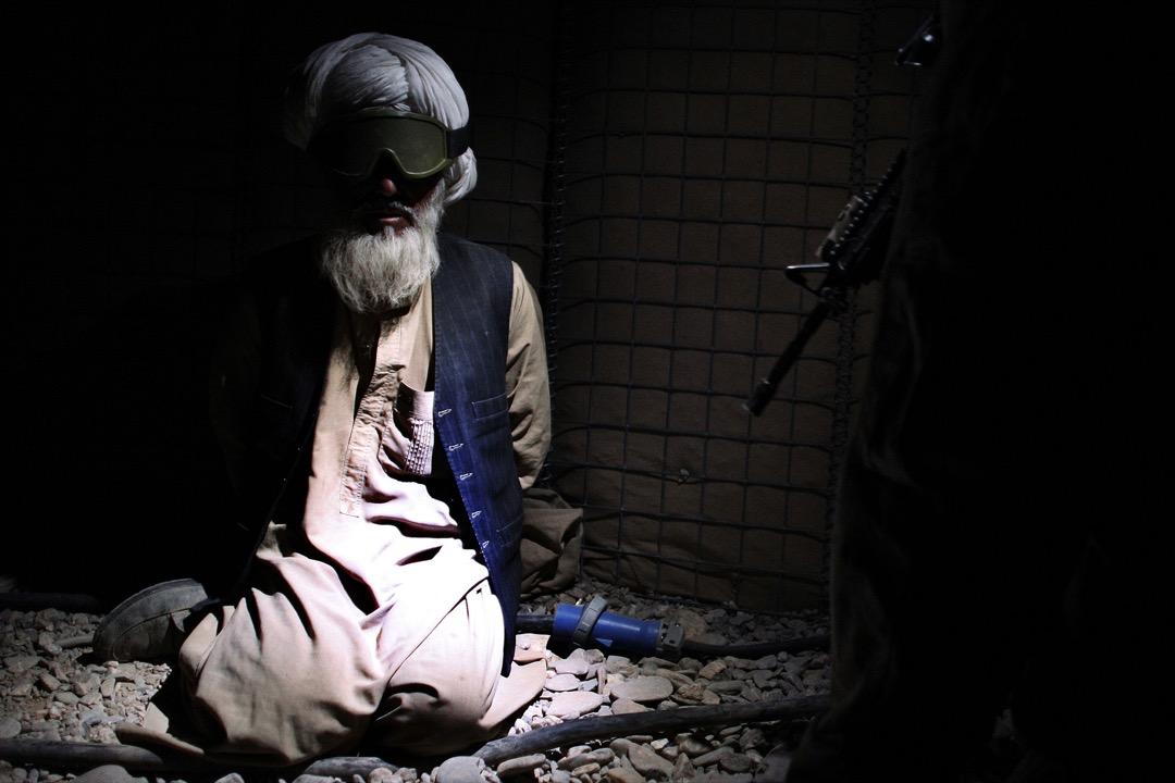 2010年11月7日,美軍在阿富汗南部赫爾曼德省薩卡拉區與塔利班叛亂分子戰鬥後,一名阿富汗男子被美軍部隊拘留在他們位於Talib Jan的基地。