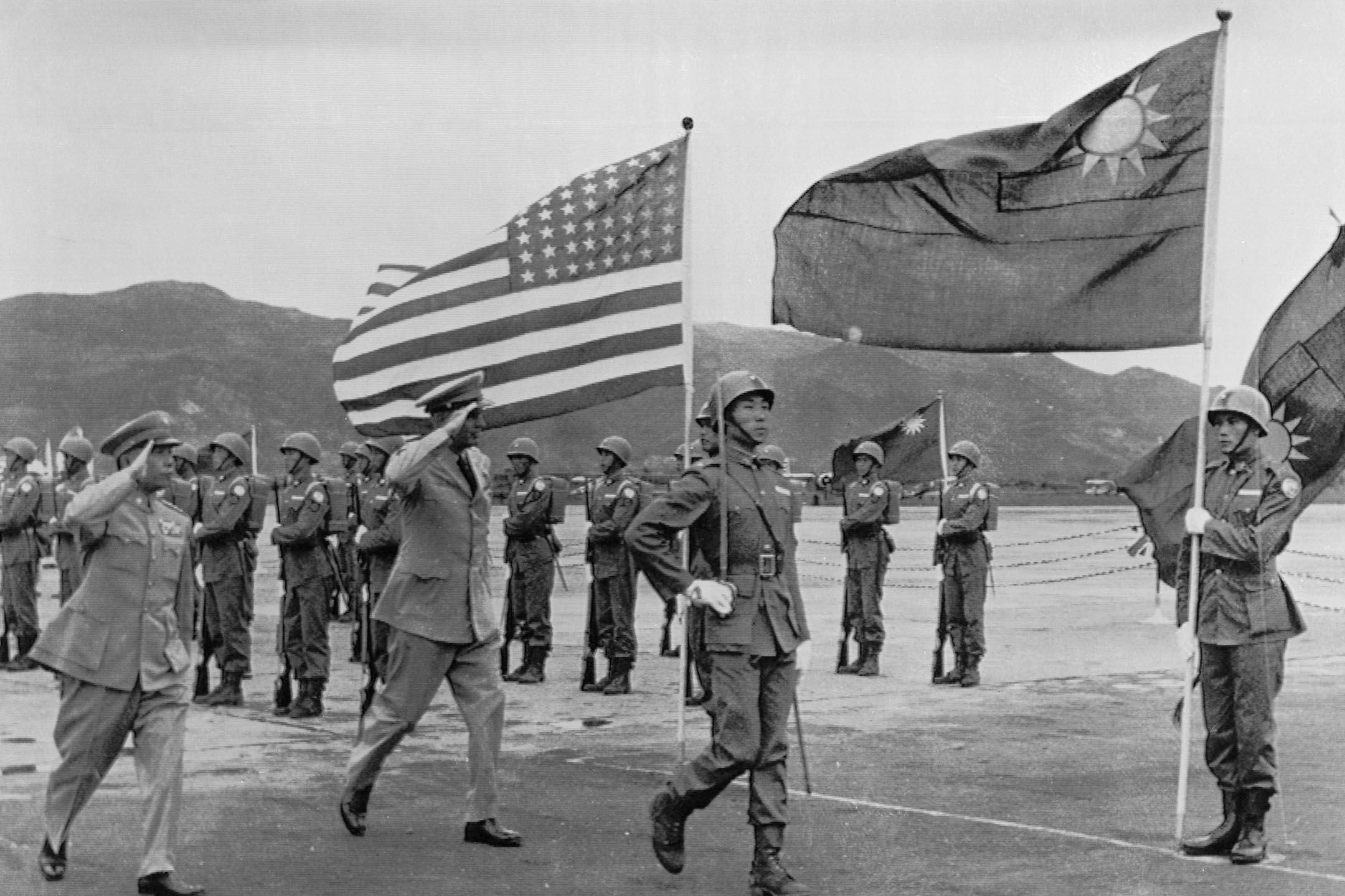 1954年10月2日台灣,駐韓美軍麥克斯韋·泰勒司令(Gen. Maxwell D. Taylor)檢閱台灣的中國國民黨軍隊。