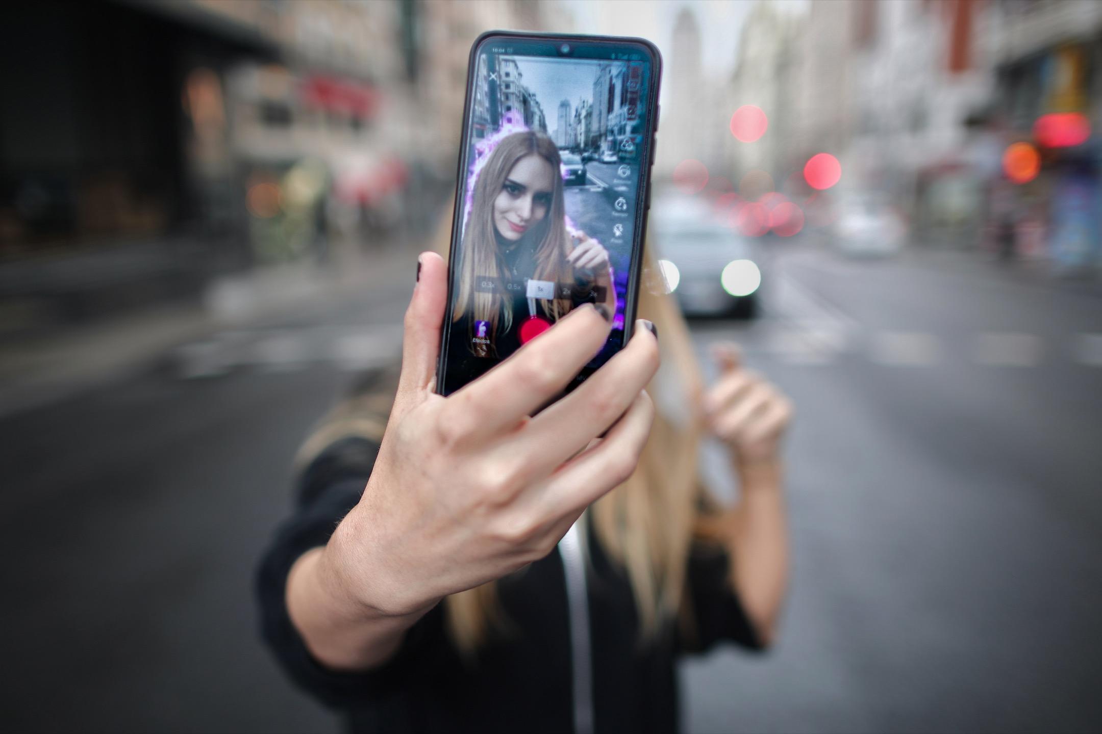 一名TikTok用家在西班牙馬德里街頭製作TikTok影片。 攝:Eduardo Parra/Europa Press via Getty Images