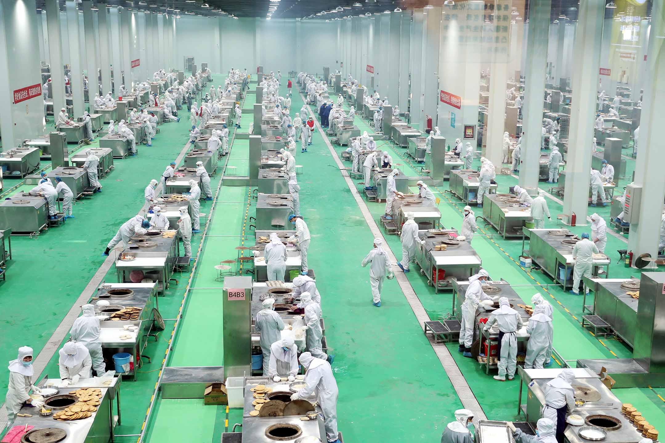 2021年1月30日中國烏魯木齊的一個食品工場。