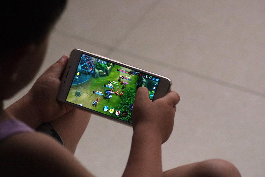 2021年8月30日,中國國家新聞出版署確認早前已經發出通知,要求網絡遊戲企業只可以在週五、週六、週日及法定節假日的晚上八時至九時,向未成年人提供網絡遊戲服務。 圖片來源:VCG via Getty Images