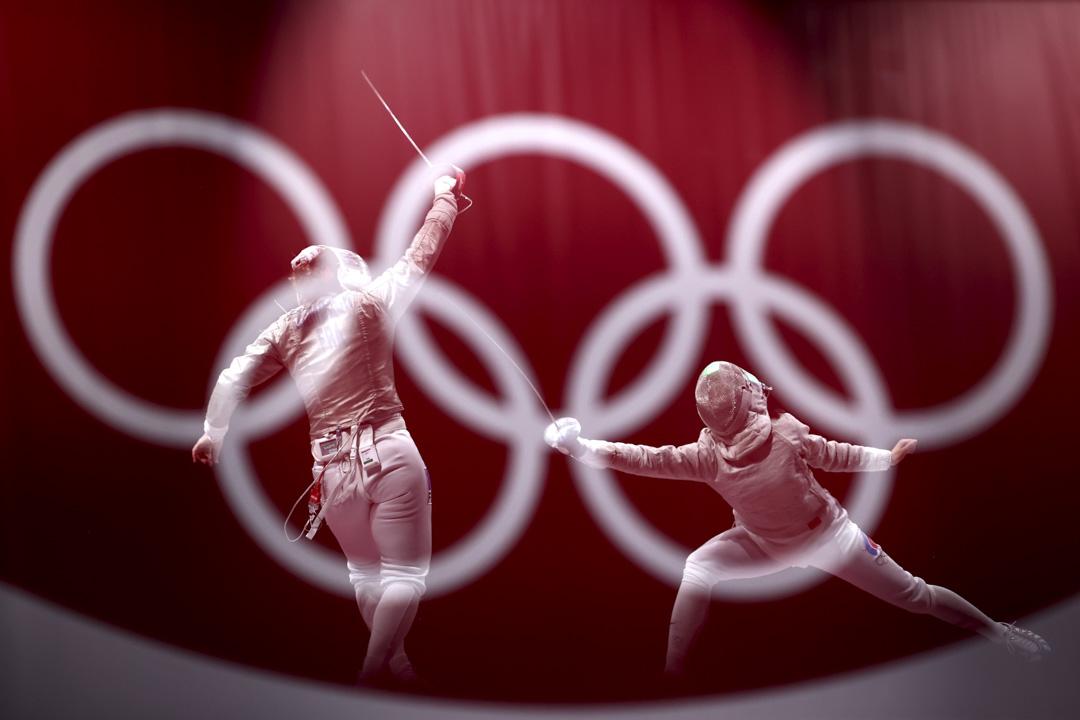 2021年7月31日,女子佩劍決賽,由俄羅斯奧委會代表Olga Nikitina對法國代表Charlotte Lembach(照片由相機的內置雙重曝光功能合成)。