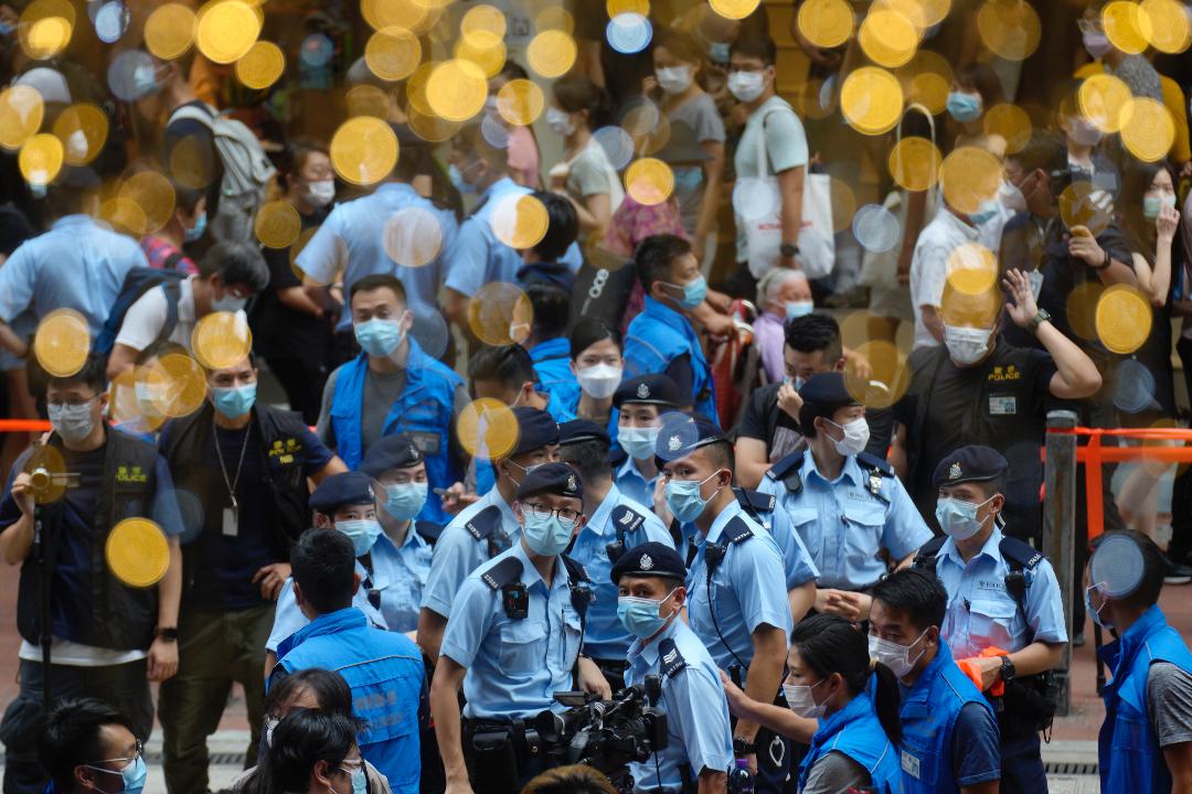 2021年7月1日,香港回歸中國24週年,警察在街頭巡邏。 攝:Vincent Yu/AP Photo