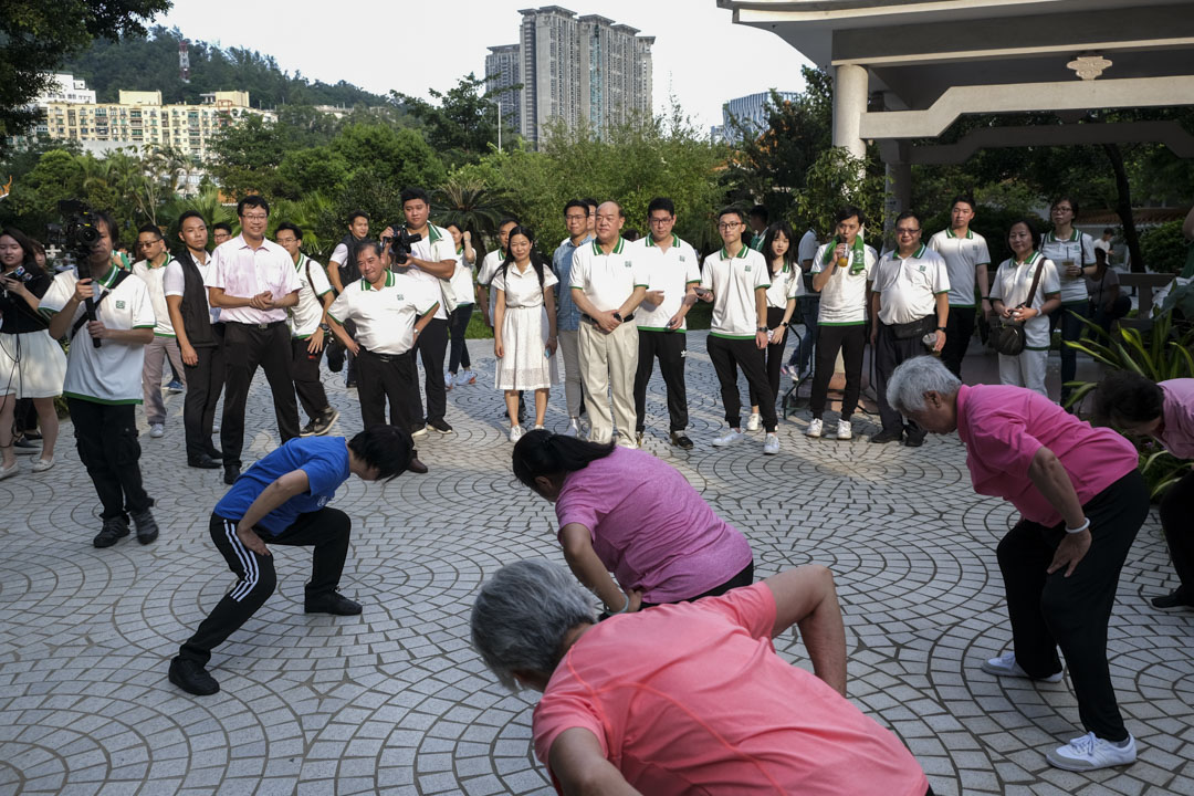 2019年,行政長官賀一誠在競選期間落區視察,長者在團體安排下進行康體運動。
