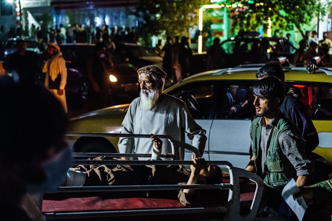 2021年8月26日,阿富汗喀布爾國際機場發生兩起爆炸襲擊,造成數十人死亡。 攝:Marcus Yam/Getty Images