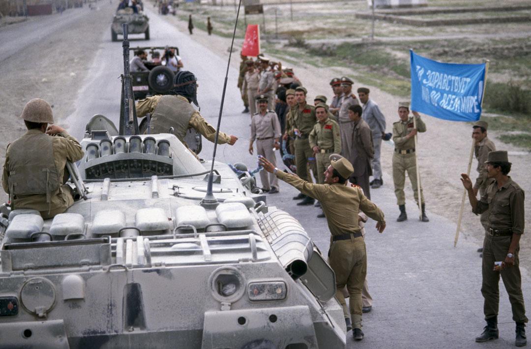 1988年5月15日,阿富汗喀布爾,在最後的蘇聯軍隊撤軍儀式上,蘇聯陸軍士兵接受阿富汗士兵的花圈。