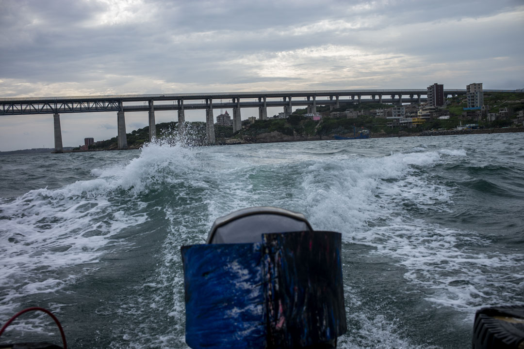 在來往長嶼島與大練島的快艇上。
