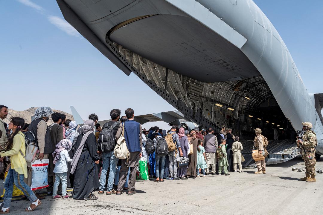2021年8月21日,阿富汗喀布爾國際機場,美軍飛機運載人員撤離。 攝:US Air Force/Reuters