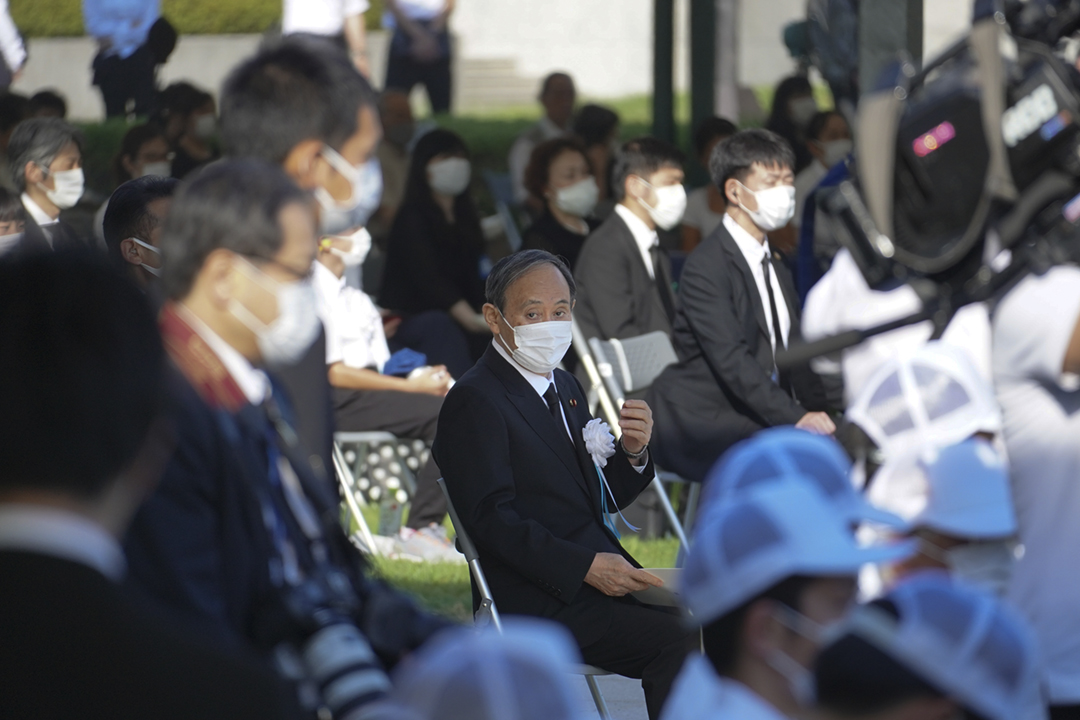 2021年8月6日,日本首相菅義偉出席廣島市紀念原爆76週年的儀式。 攝:Jinhee Lee / NurPhoto via Getty Images