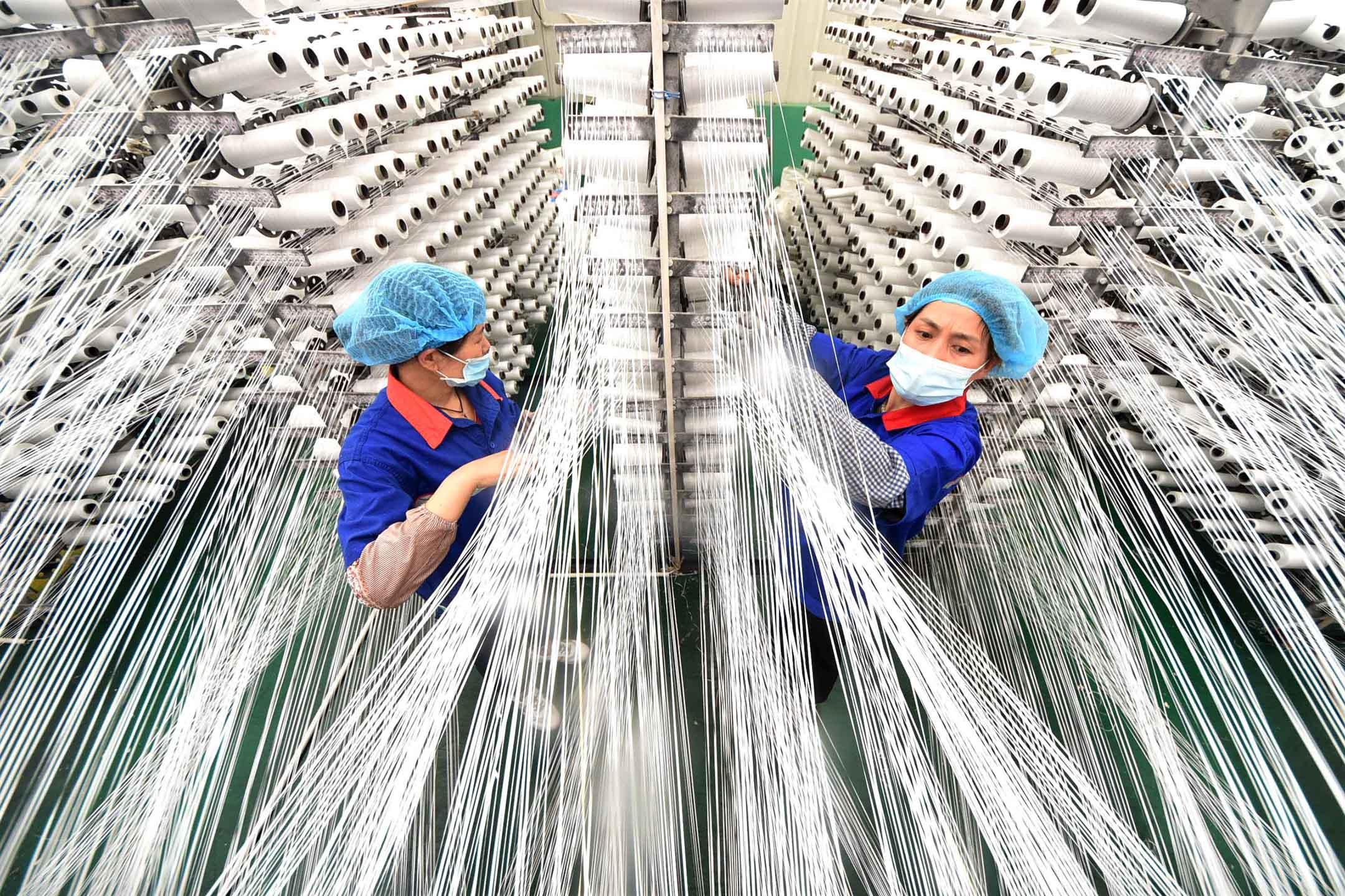 2021年6月23日中國山東省益源縣,員工於一家紡織廠的生產線上工作。 攝:Zhao Dongshan/VCG via Getty Images
