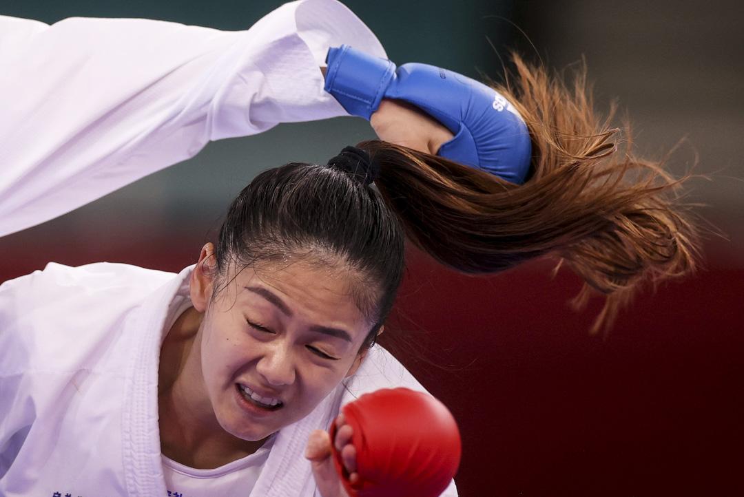 2021年8月5日,中華台北空手道代表文姿云在比賽中躲避伊朗選手Sara Bahmanyar的出拳。