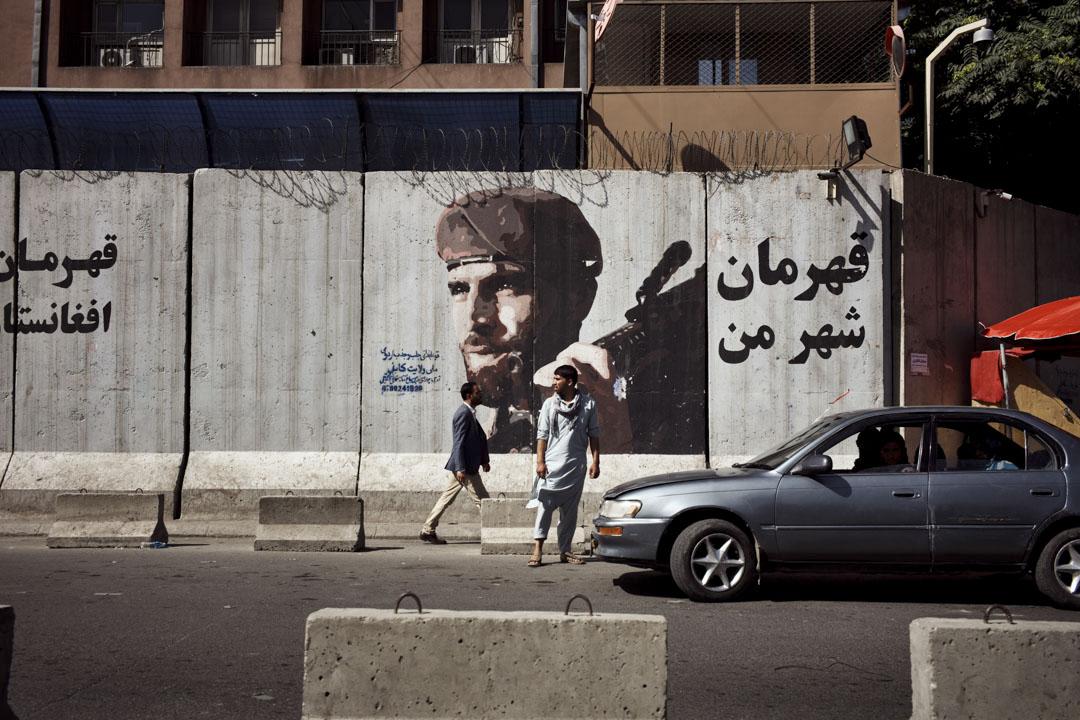 喀布爾鬧市區舍爾浦的一處混凝土防爆牆,牆上繪有阿富汗國民軍士兵的側影。
