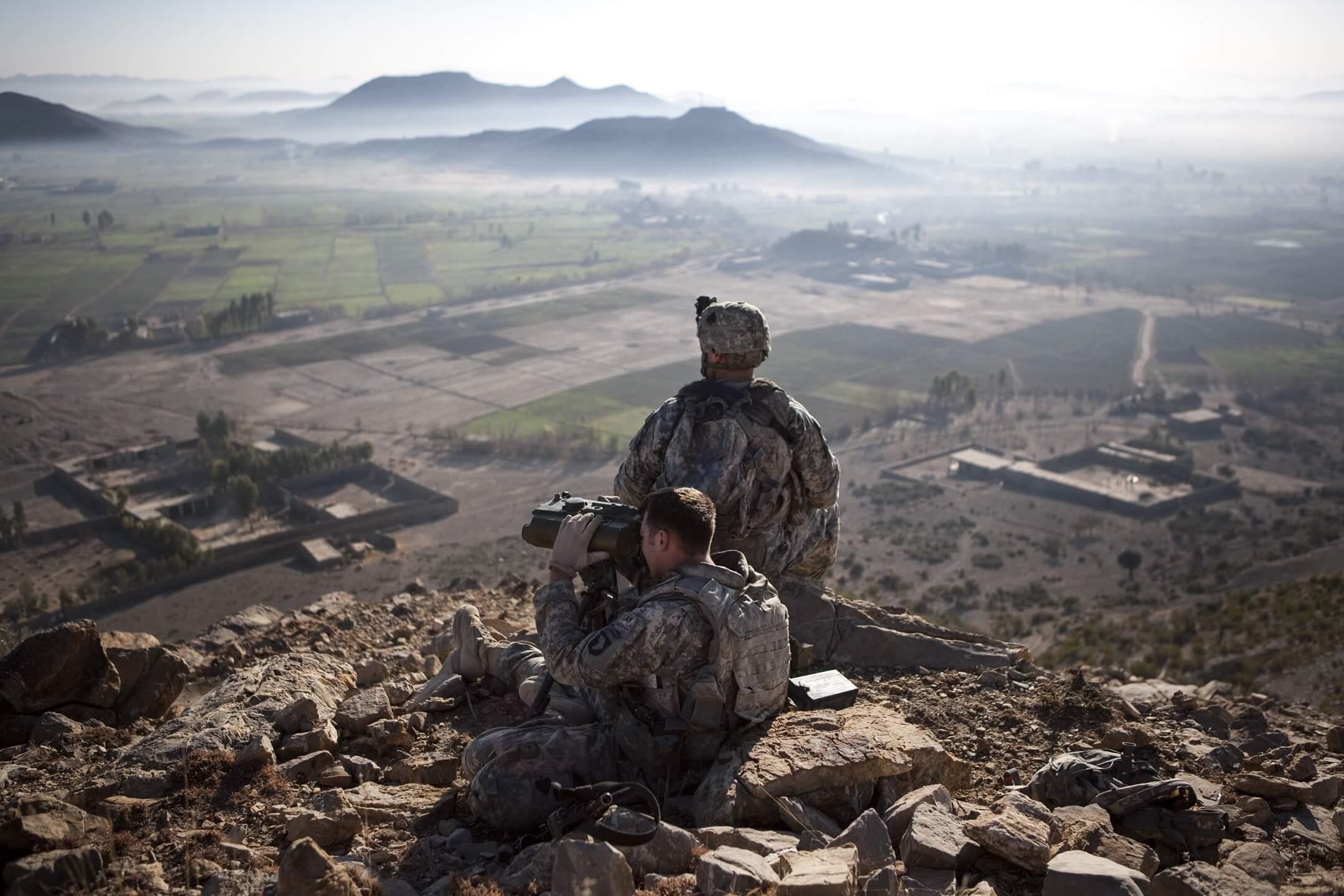 2008年12月26日,阿富汗霍斯特省,美軍士兵在山頂的哨站站崗。 攝:Jonathan Saruk/Getty Images