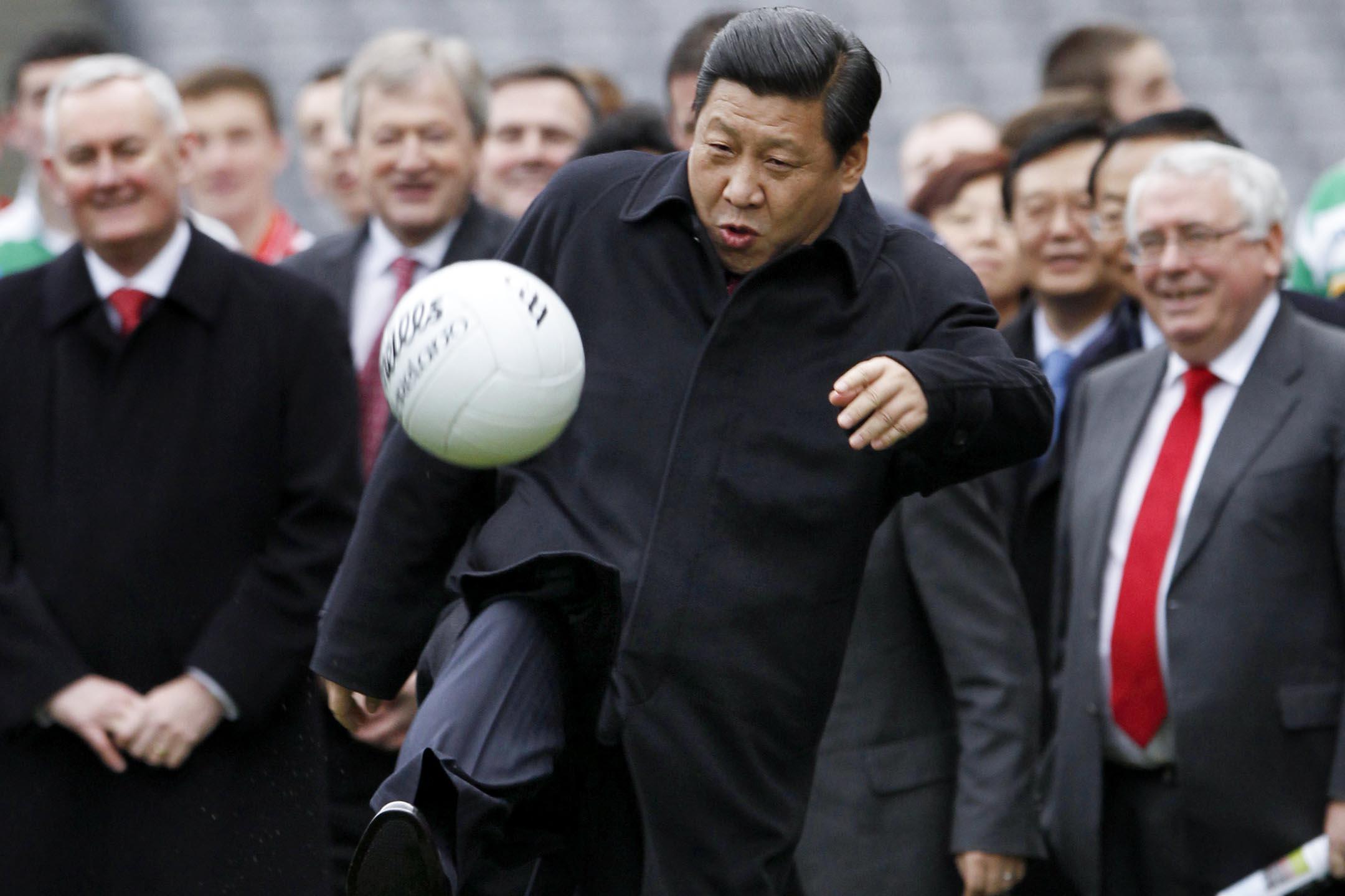 2012年2月19日,中國國家副主席習近平在訪問愛爾蘭克羅克公園期間踢足球。