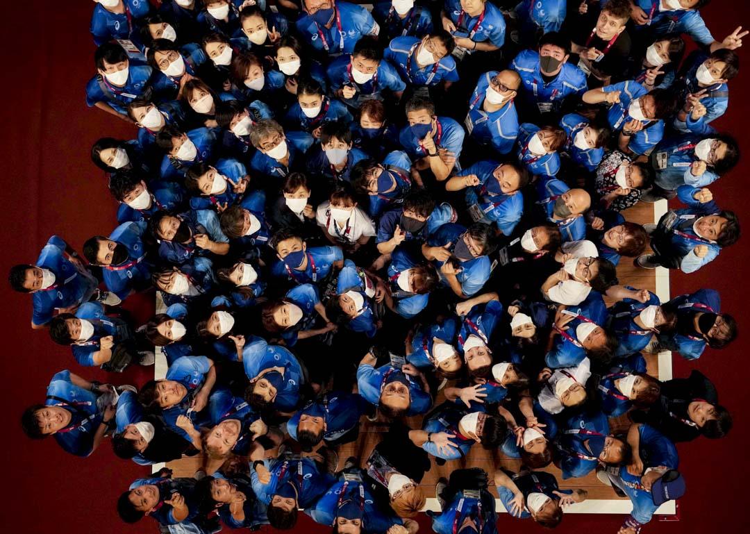 2021年8月4日,東京奧運工作人員在舉重比賽後合照。