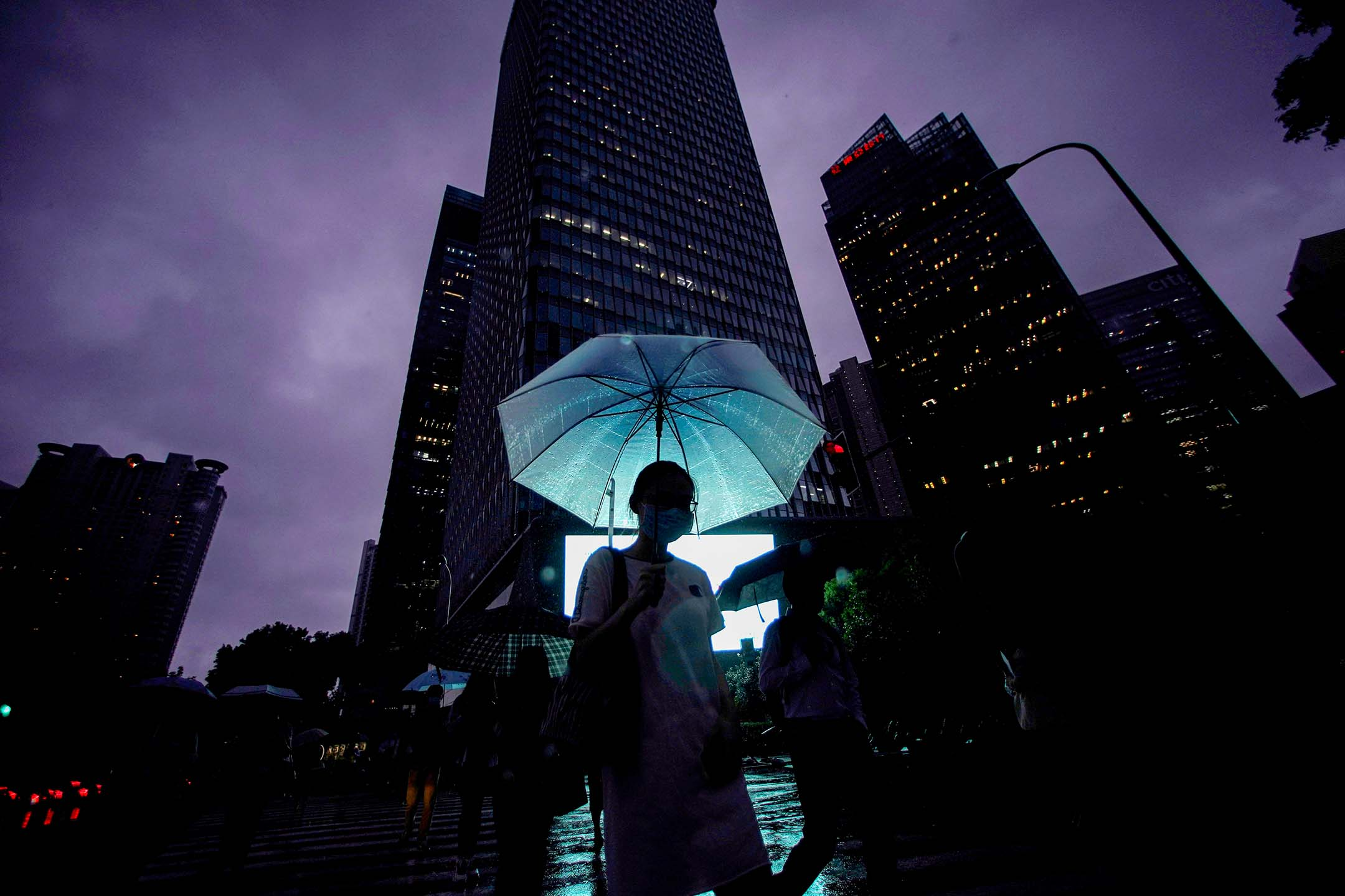 2020年9月17日中國上海,一名婦女在浦東金融區打著雨傘走路。 攝:Aly Song/Reuters/達志影像