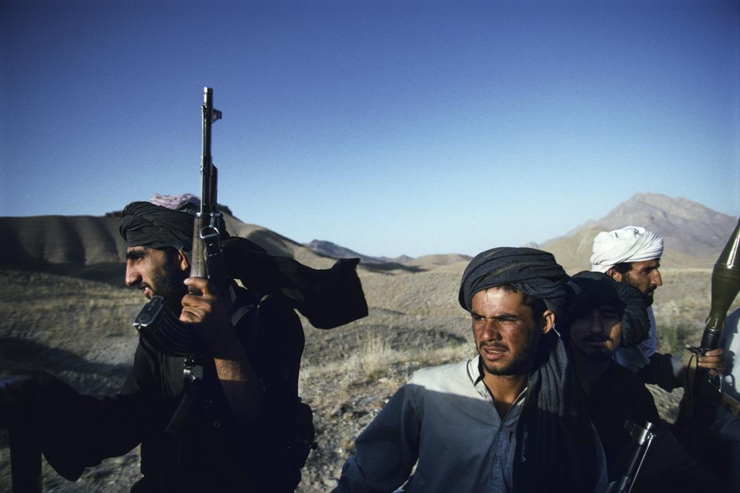 1996年,身份不明的武裝塔利班士兵在阿富汗喀布爾郊外乘坐一輛皮卡車。