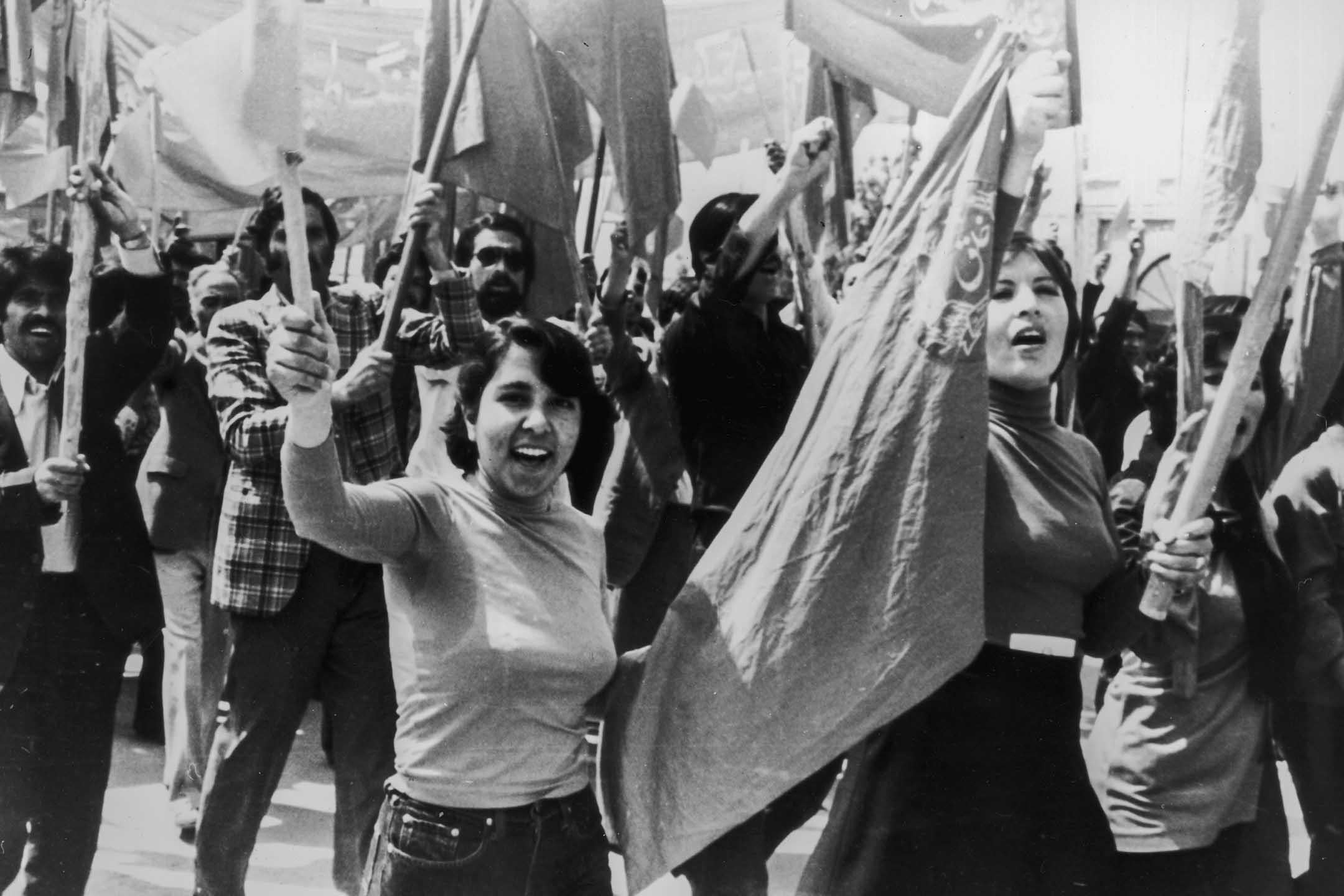 1979年7月,女工和男工在喀布爾遊行。