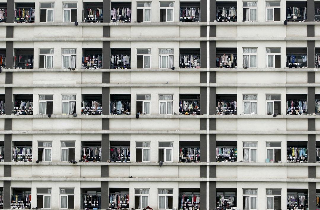 2010年6月8日,江蘇省蘇州市,電子廠工人宿舍的窗戶上掛滿衣服。