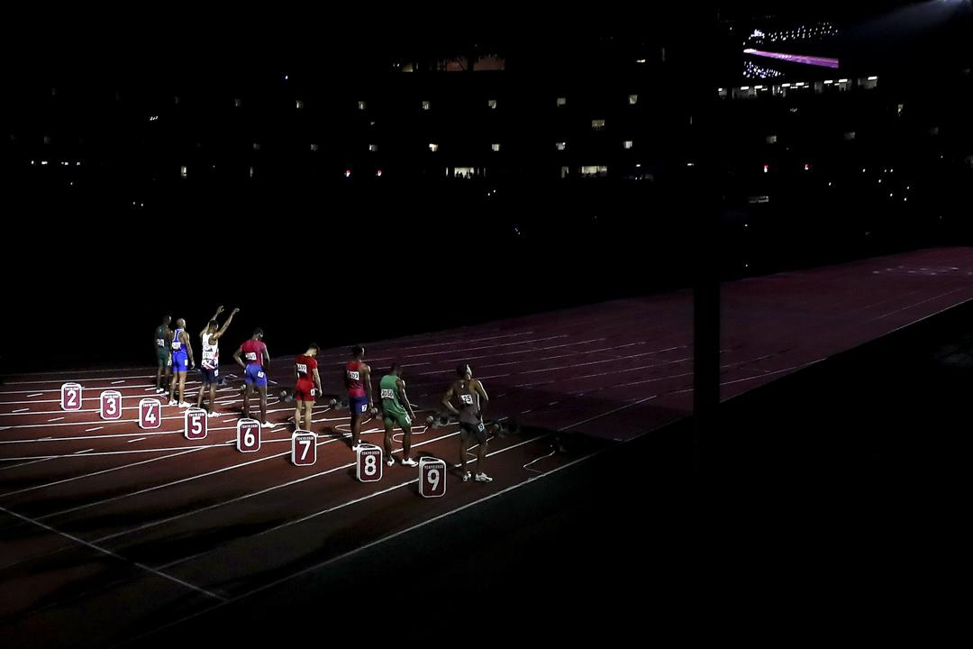 2021年8月1日,東京奧運會男子100 米決賽即將開始,一道陽光照耀在選手上。 攝:Ryan Pierse/Getty Images