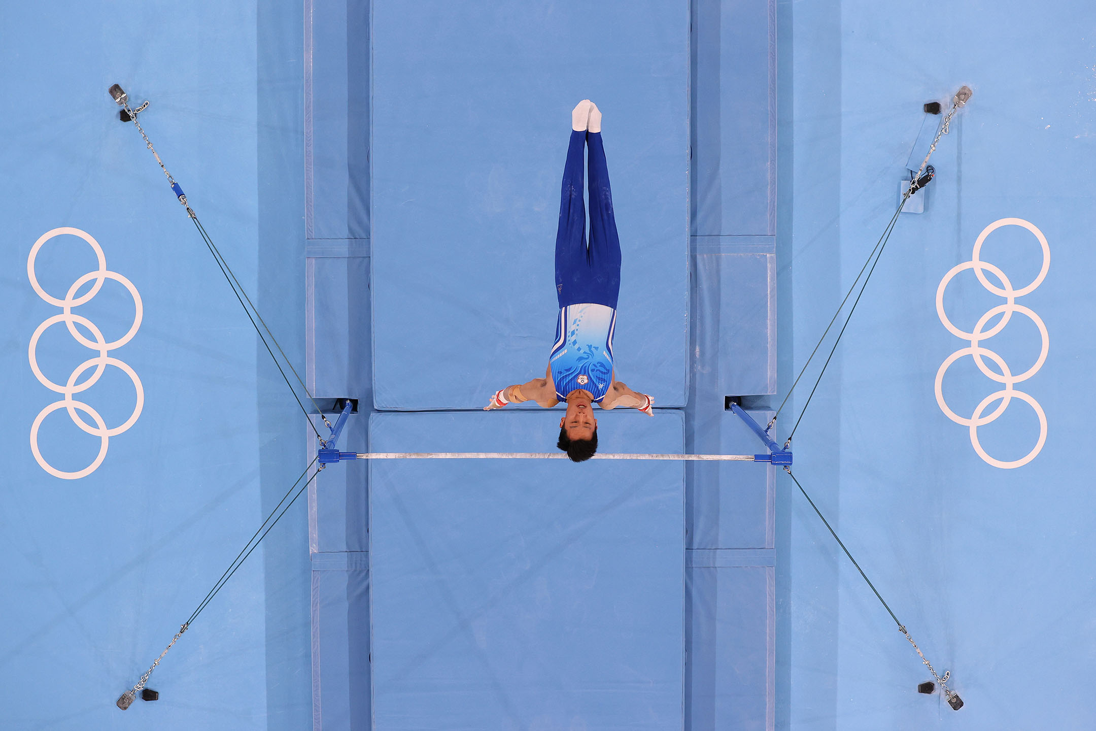 2021年7月28日日本東京,中華台北隊李智凱在東京奧運會男子個人全能決賽期間參加單槓比賽。 攝:Laurence Griffiths/Getty Images