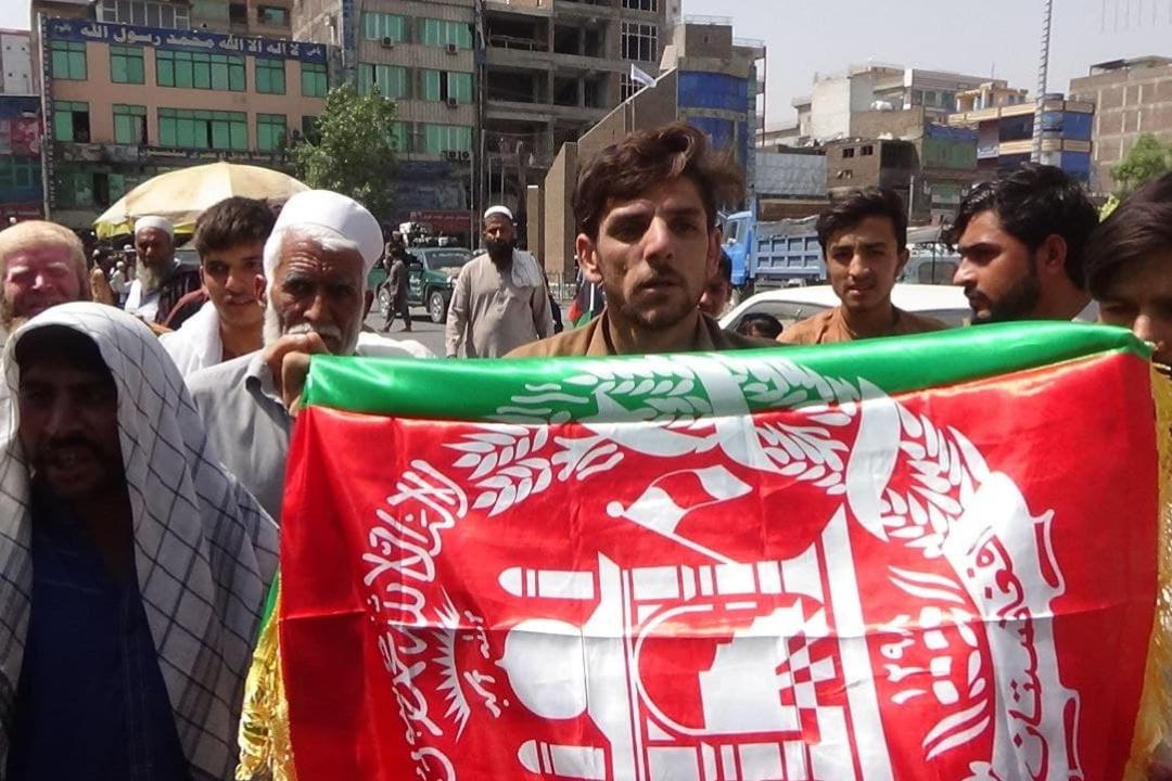 2021年8月18日,阿富汗賈拉拉巴德市 (Jalalabad),一名男子手持阿富汗國旗。 攝:Getty Images