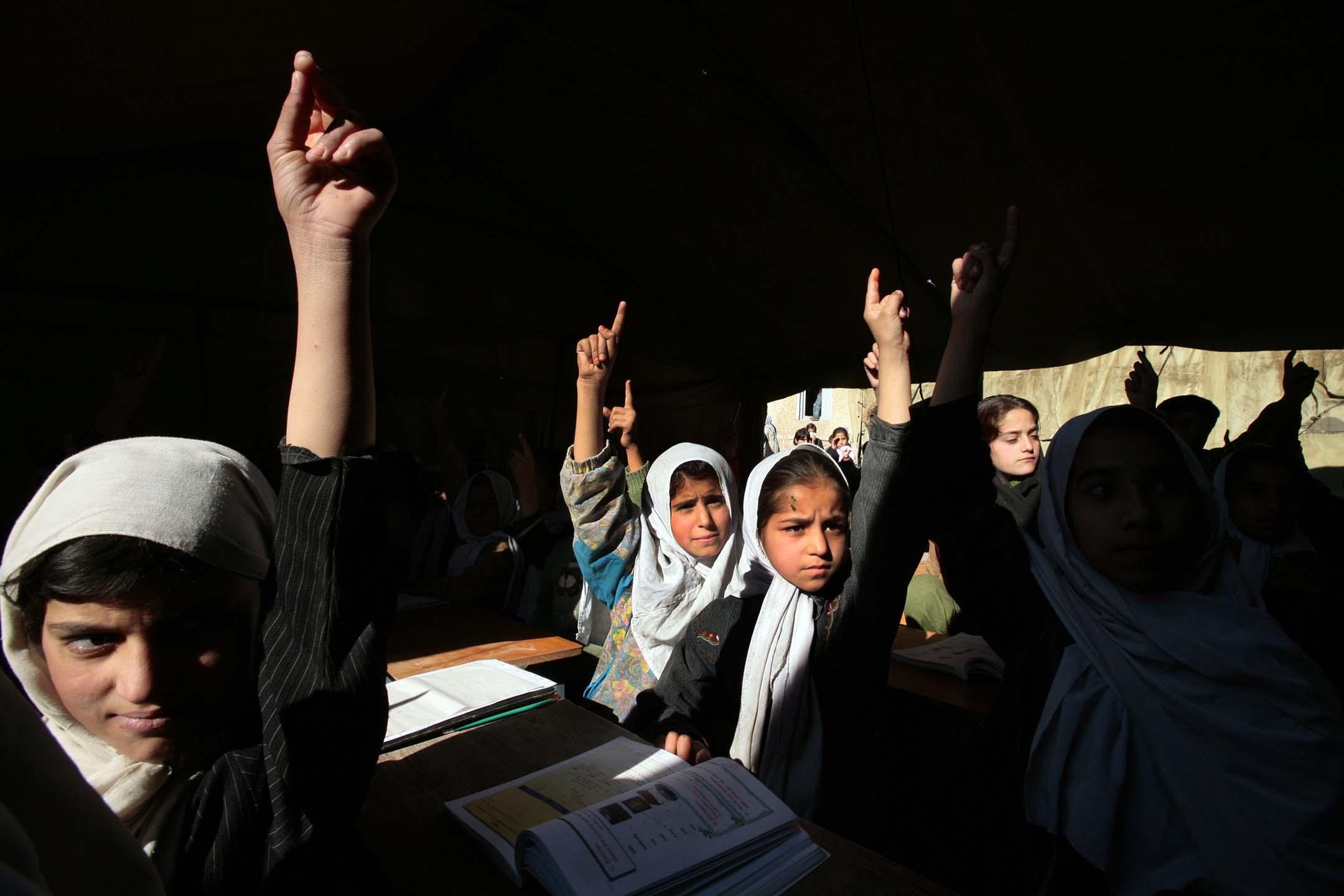 2006年11月22日阿富汗喀布爾,阿富汗女孩在英語課上舉手。