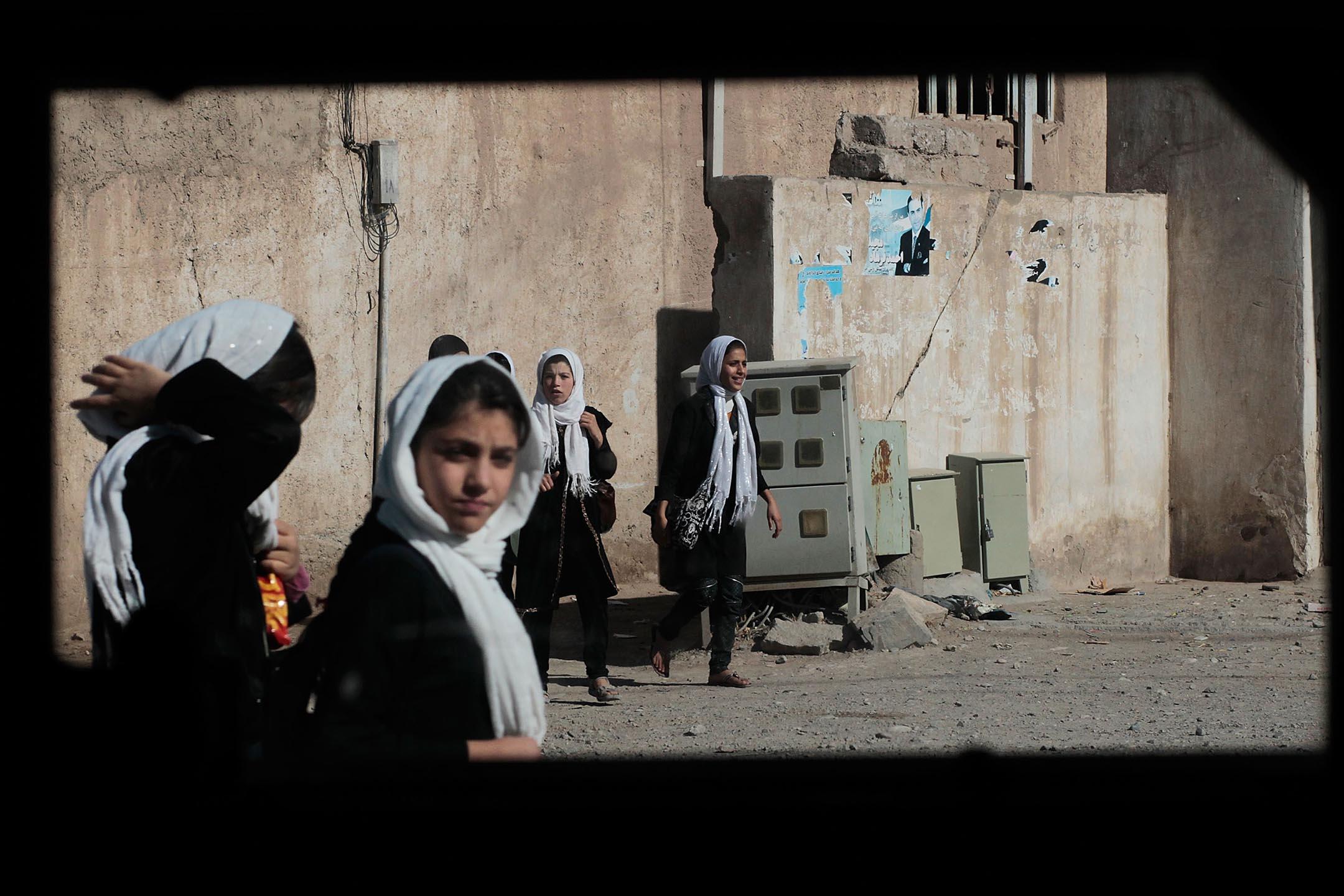 2010年10月24日阿富汗赫拉特,從課堂上回家的女學生。