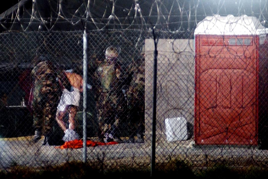 2002年2月7日,28名被拘押者送抵美軍在古巴設立的關塔那摩灣拘押中心。其中,被俘虜的塔利班武裝組織成員將被美國政府視為戰俘,其權利受日內瓦公約所保護,但其他懷疑恐怖組織成員如阿爾蓋達戰士講不會受到同樣對待。