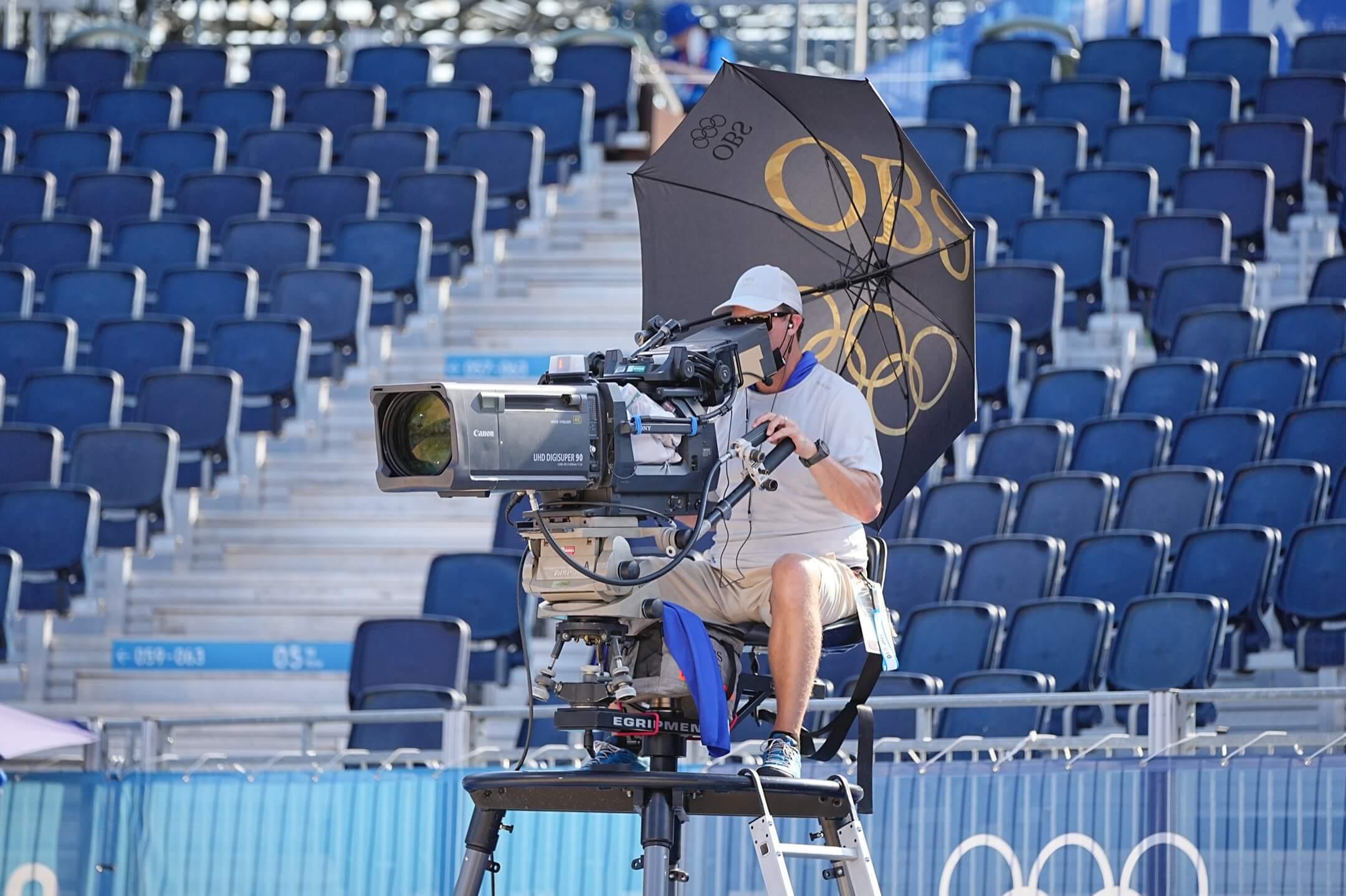 2021年7月24日,東京奧運,一位攝影師為女子沙灘排球出賽賽事的廣播進行錄像。 攝:Michael Kappeler/picture alliance via Getty Images