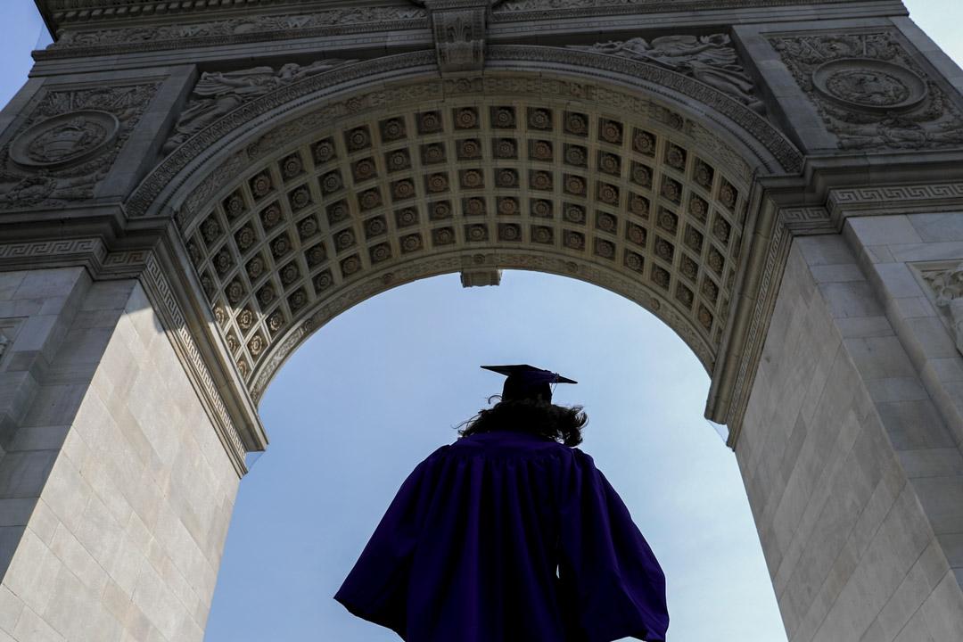紐約大學的學生於華盛頓廣場公園慶祝畢業。