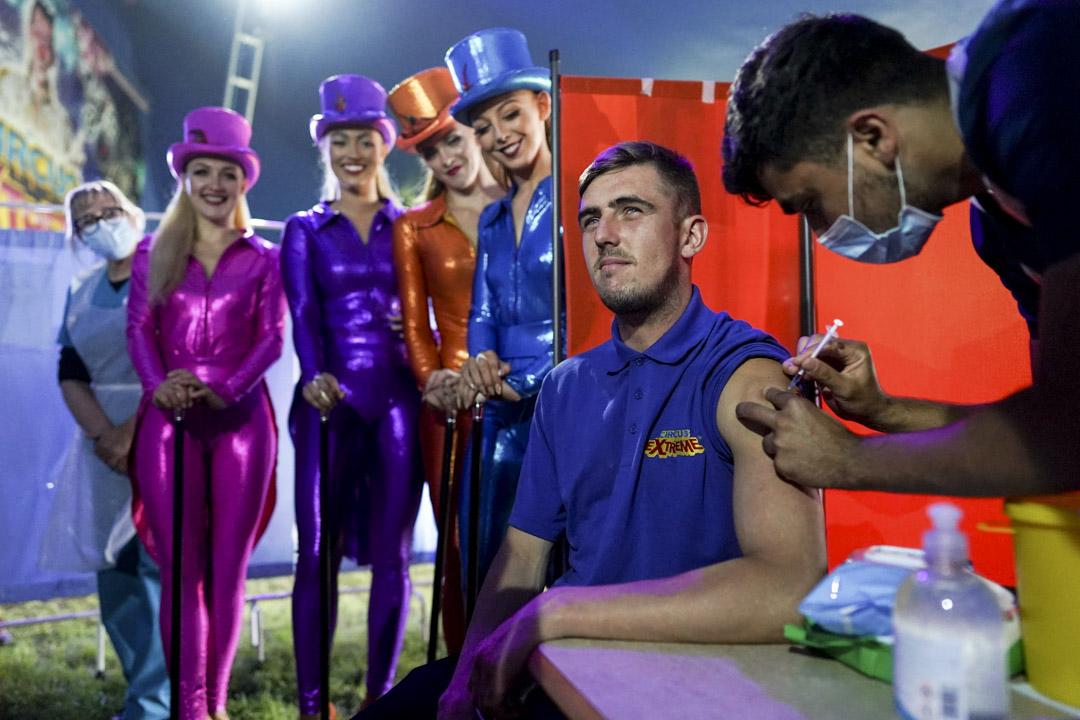 2021年7月31日,英格蘭哈利法克斯,馬戲團燈光技術員Ryan Dobie於演出前接受2019新冠疫苗接種。 攝: Ian Forsyth/Getty Images