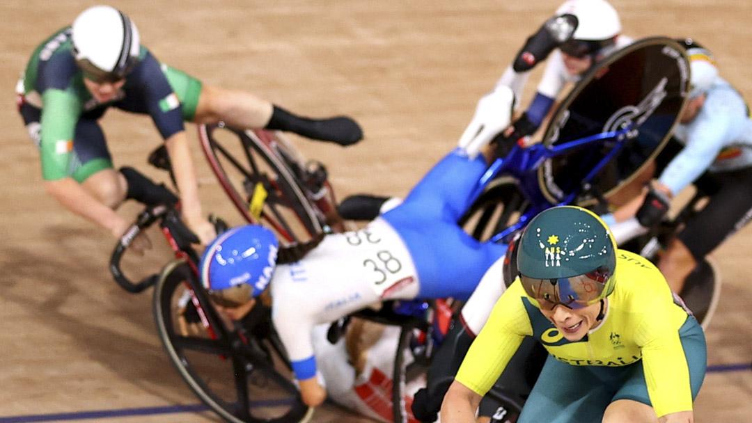 2021年8月8日,場地單車女子全能賽集體爭先賽,車手在賽道上相撞。