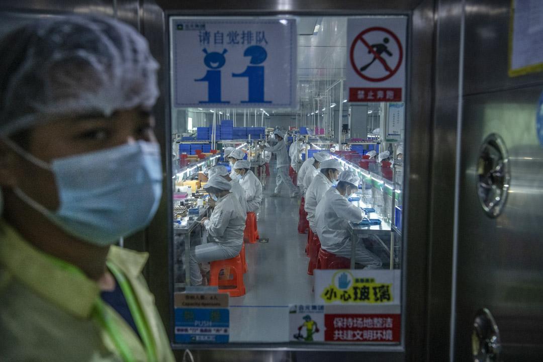 2019年9月25日,工人於深圳的一間電子煙廠上工作。