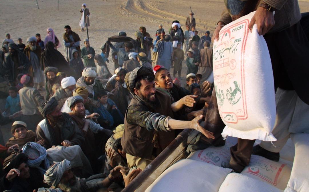 2001年12月4日,當地一個援助組織到阿富汗與巴基斯坦邊境接壤的一個難民營派發糧食等物資。