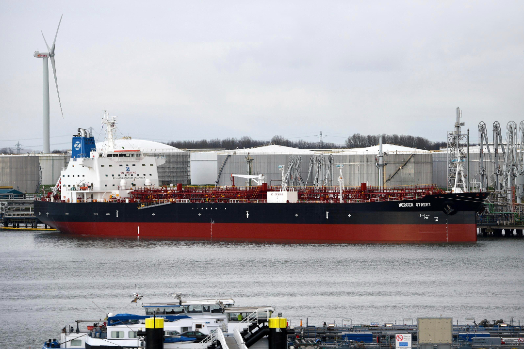 2017年12月12日,荷蘭,Mercer Street號油輪停靠在鹿特丹港。 攝:AP Images