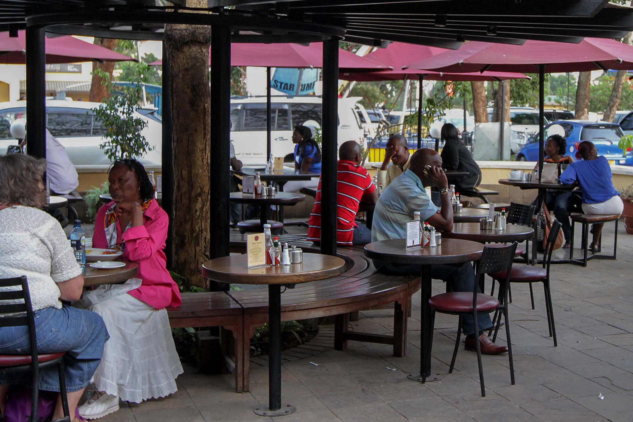 2012年1月20日,顧客坐在肯尼亞內羅畢食肆。