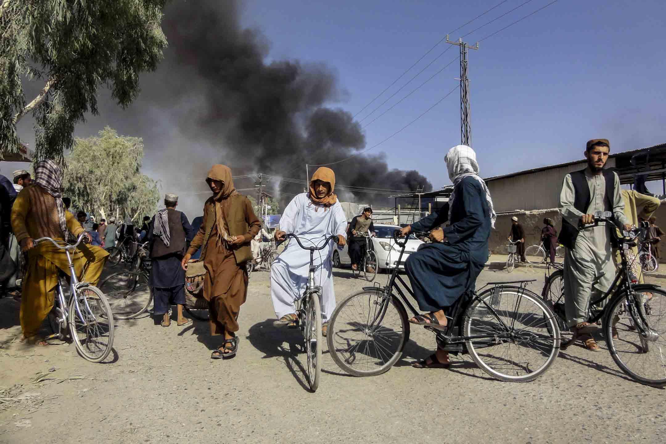 2021年8 月12日,阿富汗喀布爾西南部的坎大哈,戰鬥後煙霧升起。