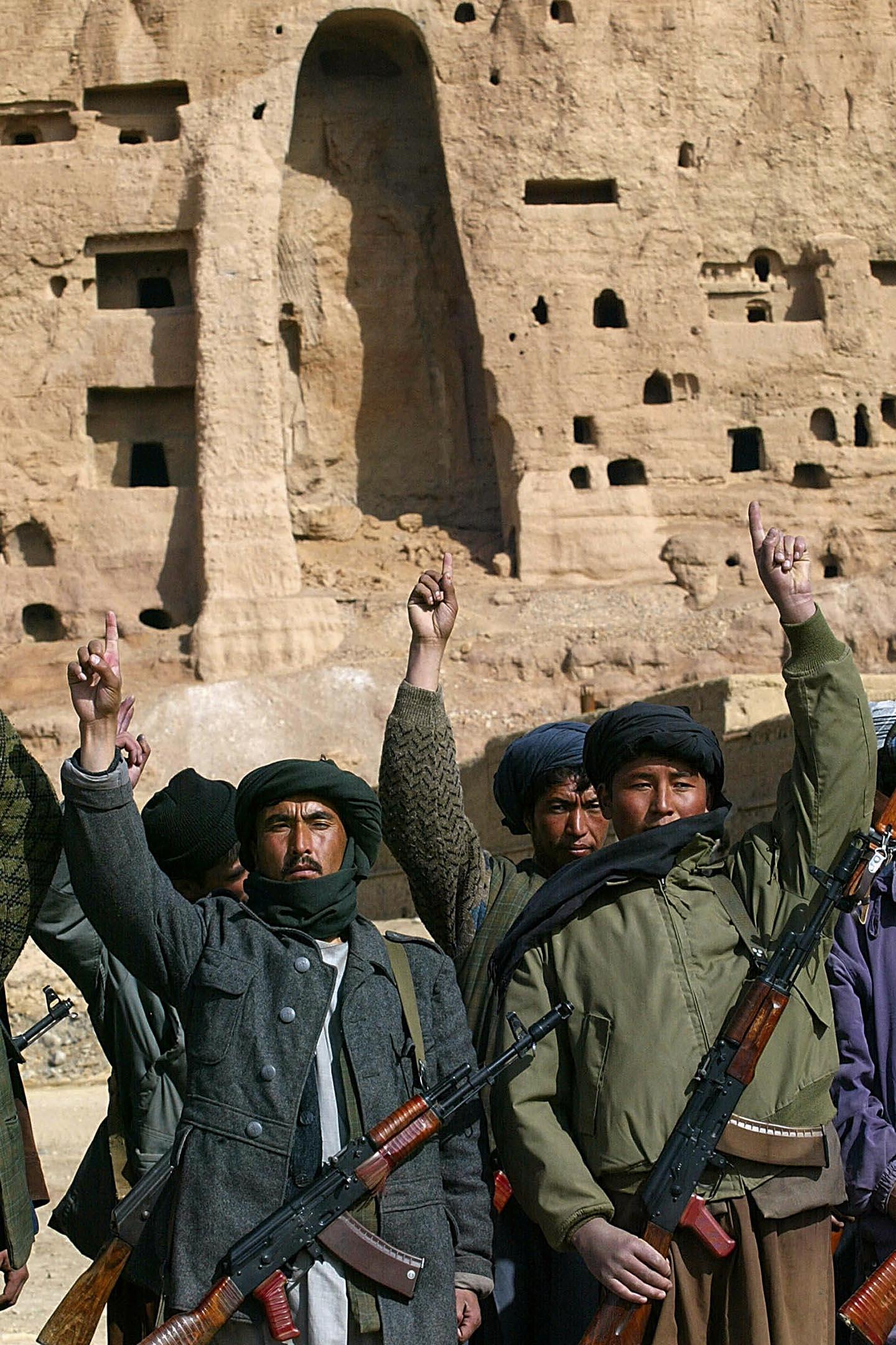 2002年2月20日阿富汗巴米揚,士兵在被摧毀的佛像前。