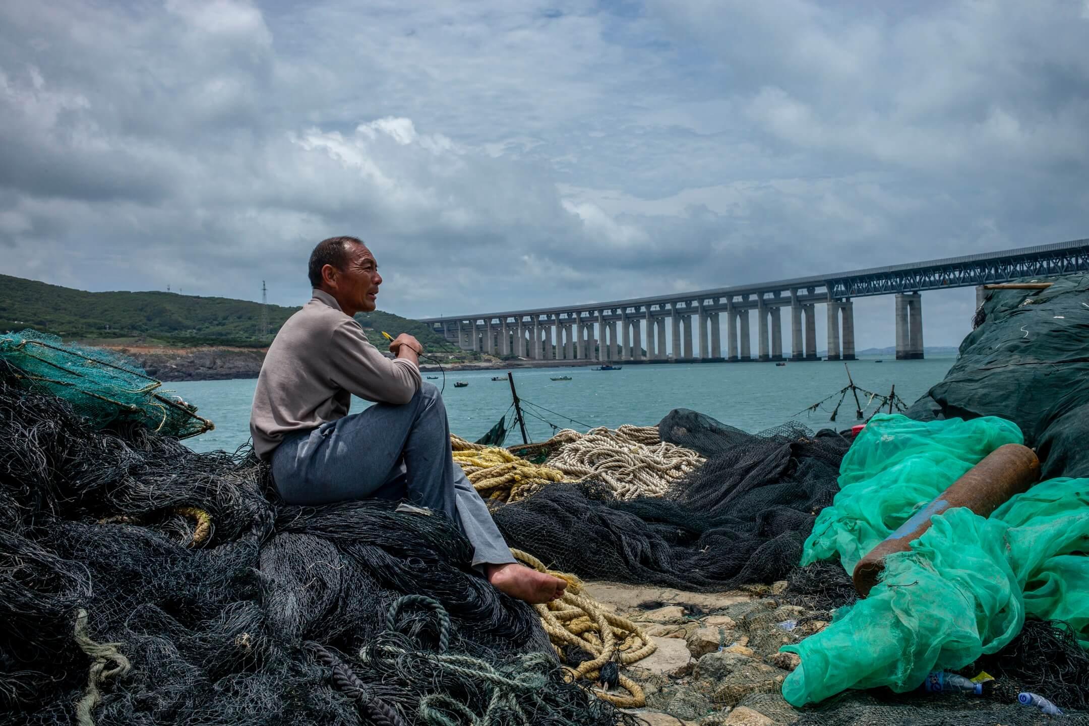 一輩子幾乎都在長嶼島上的老陳,主業是捕魚。 攝:林振東/端傳媒