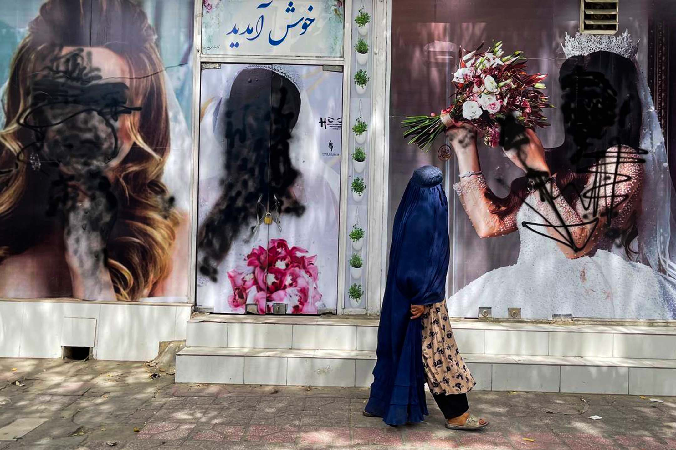 2021年8月20日阿富汗喀布爾,阿富汗喀布爾美容院窗戶上的女性海報遭到破壞。