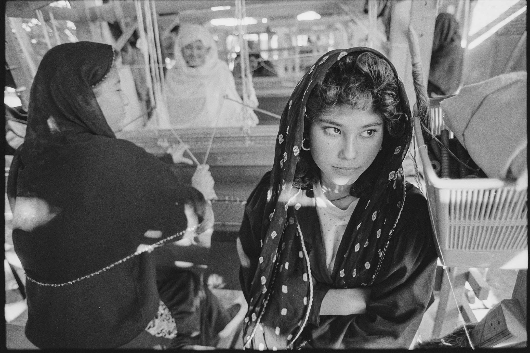 1996年阿富汗,戴著頭飾的女人。 攝:David Turnley/VCG via Getty Images