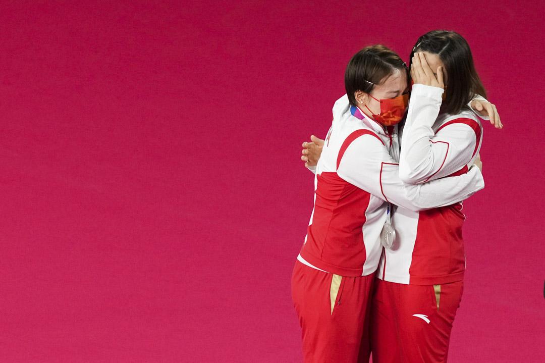 2021年8月2日,東京奧運女雙羽毛球頒獎儀式上,銀牌得主、中國女雙組合陳清晨、賈一帆在領獎台上擁抱。