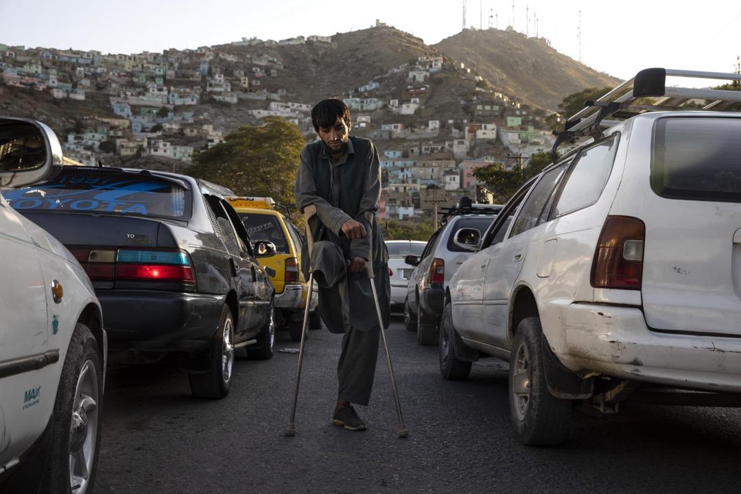 2019年9月21日,阿富汗首都喀布爾街頭,一名因誤踩地雷失去了右腳的男子在馬路上行乞。阿富汗戰爭進入第18個年頭,戰火繼續對當地平民造成重大傷害,總統大選前的幾個月尤其致命。塔利班武裝組織在與美國進行和平談判的同時,不停在阿富汗發動攻勢,美國和當地政府軍則以空襲還擊,另外「伊斯蘭國」恐怖組織亦同時多次高調地襲擊當地平民,其中包括8月18日在喀布爾一個婚禮上發生的自殺式炸彈襲擊,造成92人死亡。