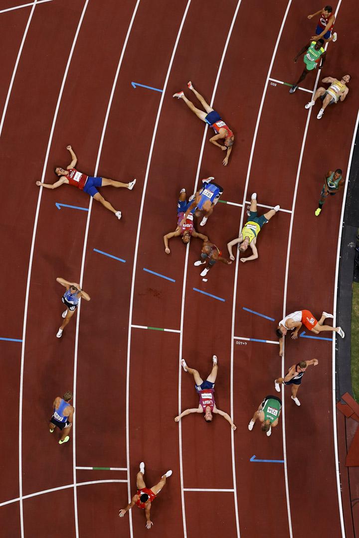 2021年8月5日,十項全能選手在完成1500米賽跑項目後休息。