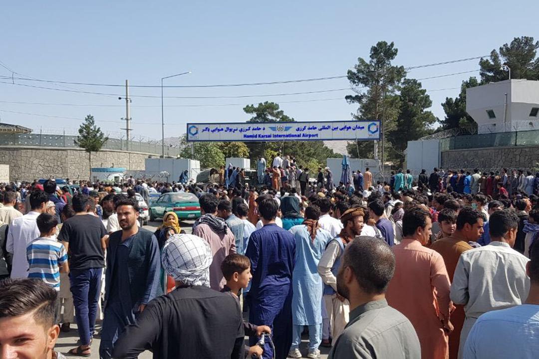2021年8月16日,大批民眾聚集在喀布爾機場外,嘗試登上飛機逃離塔利班政權的統治。 攝:Sayed Khodaiberdi Sadat / Anadolu Agency via Getty Images